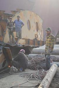 船の解体所の工員たち