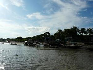 川の船着場
